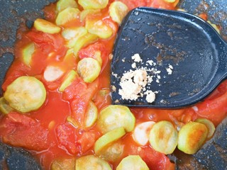 番茄炒丝瓜,放鸡粉增加口感。