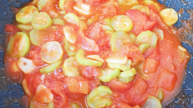 番茄炒丝瓜,翻炒均匀关火出锅。
