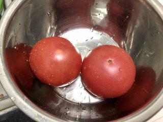 番茄炒丝瓜➕一川红绿醉春时,番茄搓洗干净