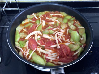 番茄炒丝瓜➕一川红绿醉春时,少许白糖翻炒均匀,小火炖煮两三分钟