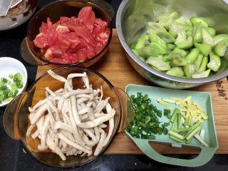番茄炒丝瓜➕一川红绿醉春时,全部食材准备好