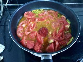番茄炒丝瓜➕一川红绿醉春时,加入一汤匙番茄酱,翻炒均匀,小火咕嘟一分钟