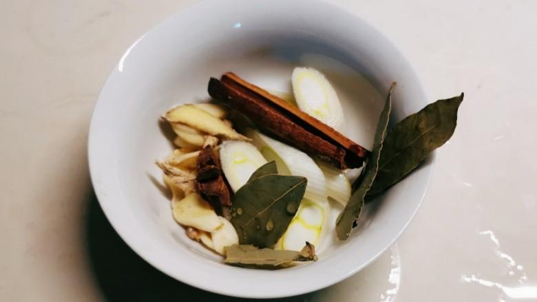 三黄鸡炖土豆,香辛料备好