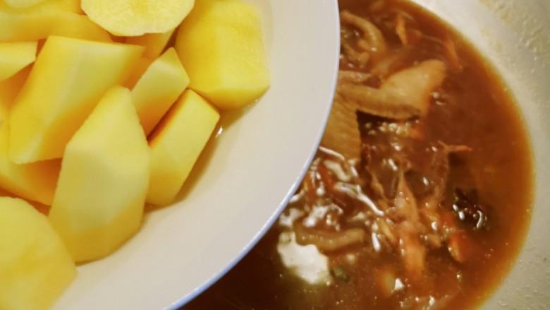 三黄鸡炖土豆,放入土豆块