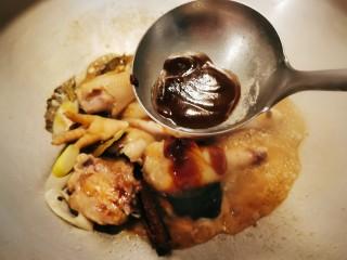 三黄鸡炖土豆,放入甜面酱 翻炒上色