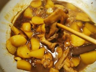 三黄鸡炖土豆,当用筷子轻松穿透鸡肉 表明已经熟了 大火收汁 关火
