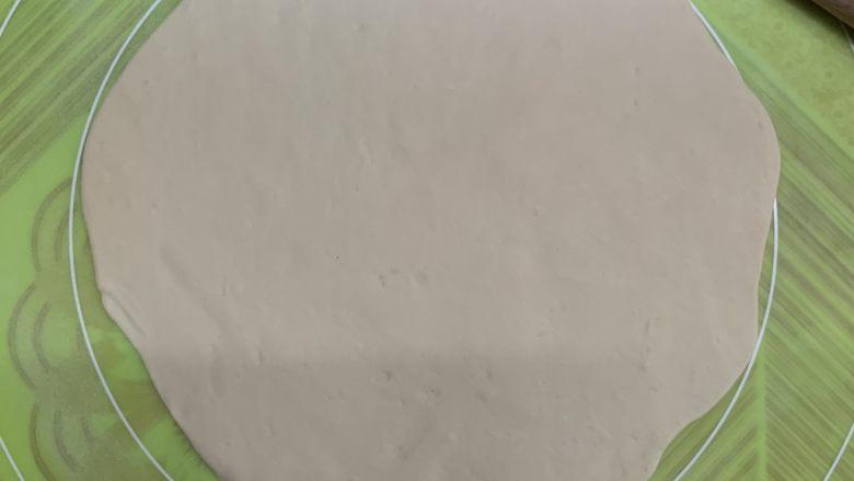 菠萝芝士卷边披萨(10寸量),按着案板刻度把面团擀成11寸到12寸大。
