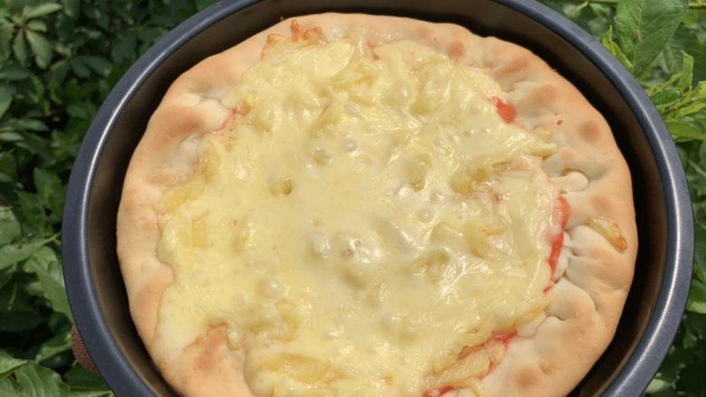 菠萝芝士卷边披萨(10寸量),中层190℃烤20分钟。