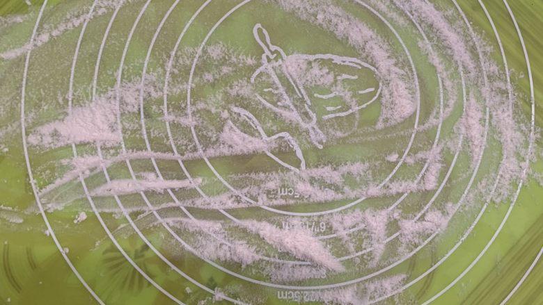 菠萝芝士卷边披萨(10寸量),案板撒干面粉。