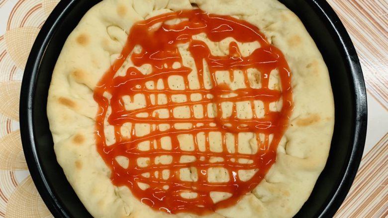 菠萝芝士卷边披萨(10寸量),拿出刷番茄酱。