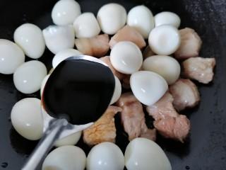 红烧鹌鹑蛋,加入一勺老抽上色