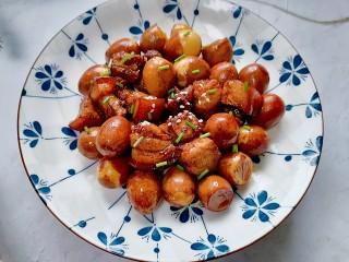 红烧鹌鹑蛋,装盘撒上葱花和白芝麻点缀