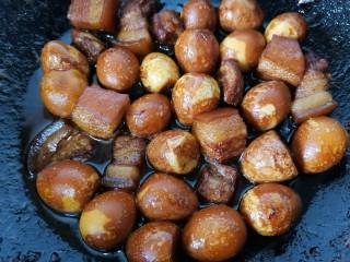 红烧鹌鹑蛋,煮至入味上色即可出锅