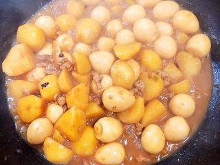 鹌鹑蛋焖土豆,可以收汁出锅啦!