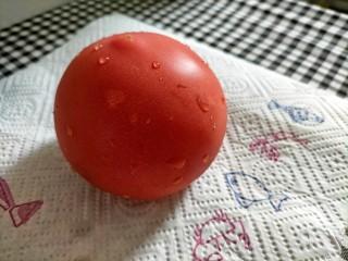 红烧鹌鹑蛋,西红柿备用 处理方法:切丁