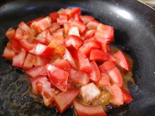 红烧鹌鹑蛋,用煎蛋剩余的油炒西红柿丁