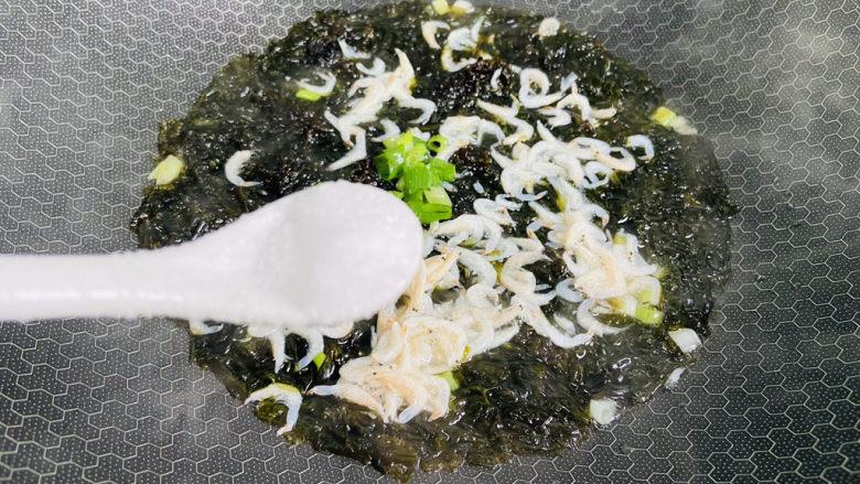 紫菜虾皮汤,加入适量盐