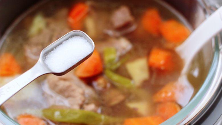 筒骨土豆胡萝卜汤,根据个人的口味加入适量的盐调味。