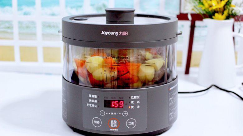 筒骨土豆胡萝卜汤,盖上锅盖,把蒸汽电饭煲的水箱加入纯净水。