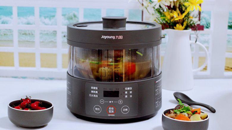 筒骨土豆胡萝卜汤,把煲好的汤,盛到碗里加开始享用吧。