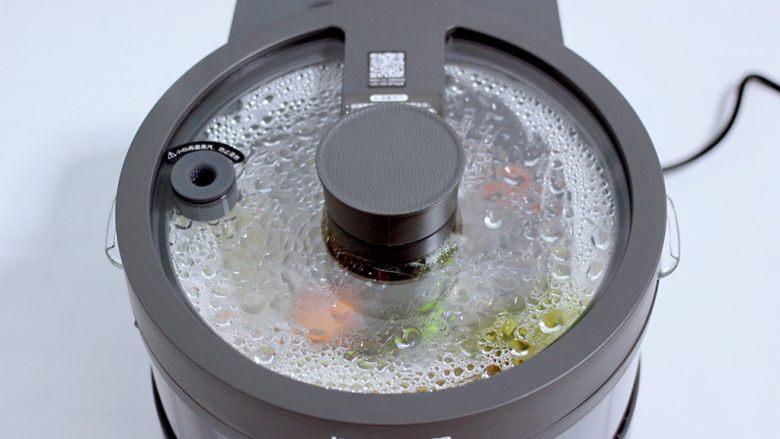 筒骨土豆胡萝卜汤,启动煲汤模式两个小时。