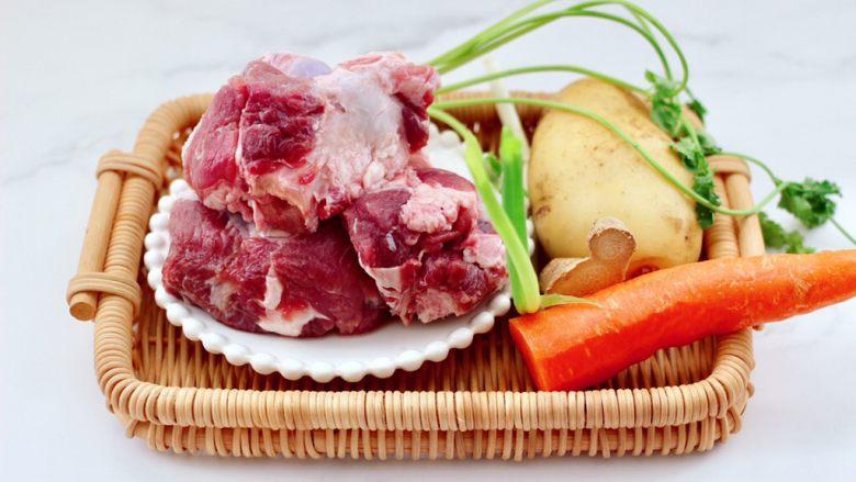 筒骨土豆胡萝卜汤,首先备齐所有的食材。