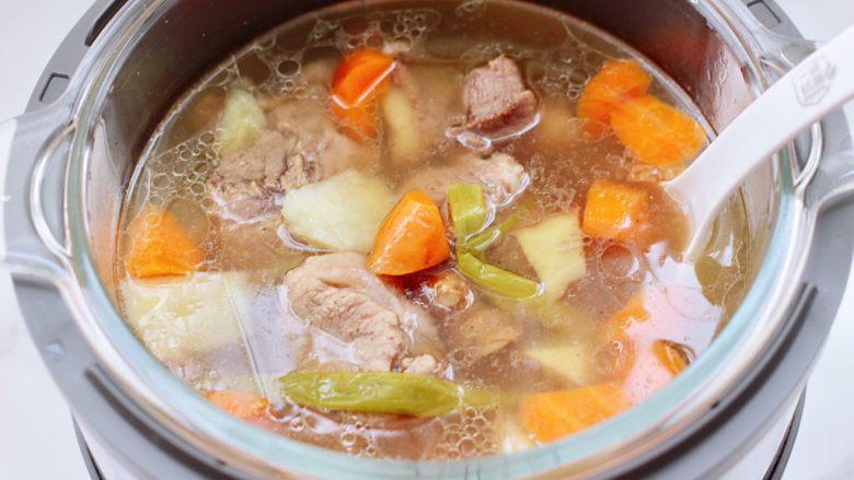 筒骨土豆胡萝卜汤,时间到鲜香可口的例汤就出锅咯。