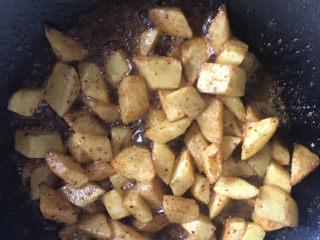 香辣孜然土豆,翻炒均匀,加入生抽提鲜
