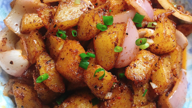 香辣孜然土豆,盛入盘中,撒上葱花,开吃了,口水已经流出来了😂