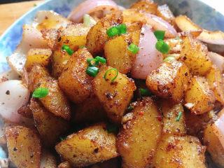 香辣孜然土豆,成品图,是不是看着就有食欲啊😄,每块土豆都那麽好吃,外糯里脆的,个人不太喜欢吃特别煮的烂的土豆