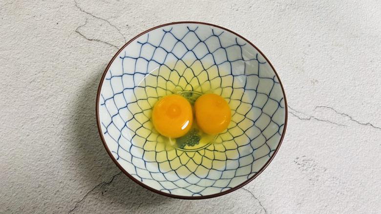 豆腐炒鸡蛋,<a style='color:red;display:inline-block;' href='/shicai/ 9'>鸡蛋</a>打入碗中