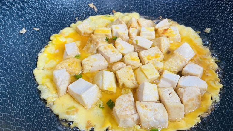 豆腐炒鸡蛋,待表面凝固