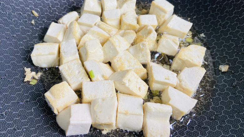 豆腐炒鸡蛋,小火慢煎至表面金黄色