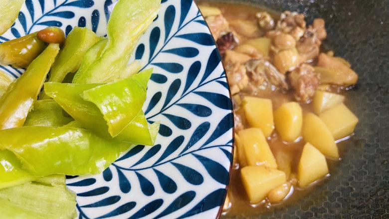 三黄鸡炖土豆,放入青椒