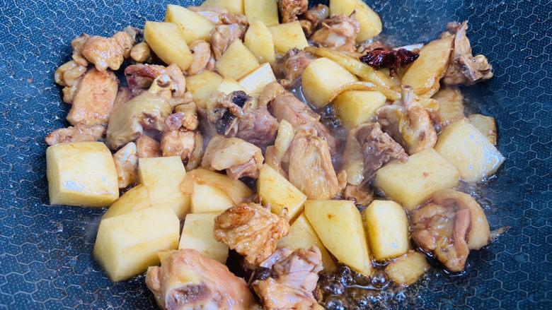 三黄鸡炖土豆,翻炒均匀
