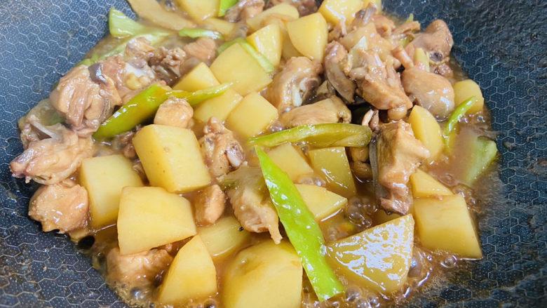 三黄鸡炖土豆,翻炒断生即可