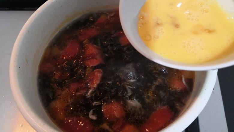 紫菜虾皮汤,再次煮开,倒入鸡蛋液