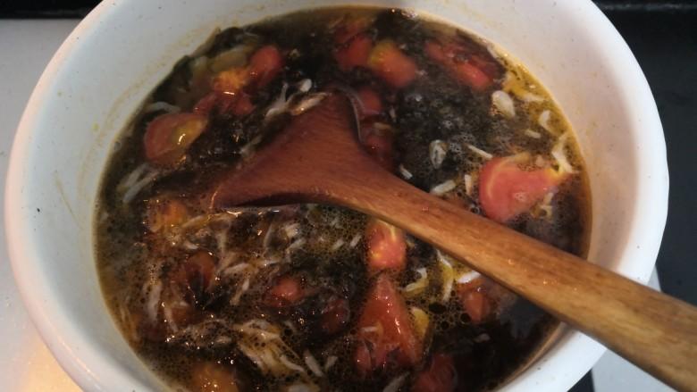 紫菜虾皮汤,搅拌均匀,继续烧煮
