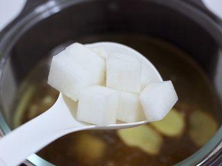 牛腩炖萝卜,煲到一个小时的时候,放入切块的白萝卜。