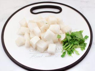 牛腩炖萝卜,白萝卜洗净切成2厘米的小块,香菜切段。