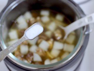 牛腩炖萝卜,根据个人的口味加入适量的盐调味。