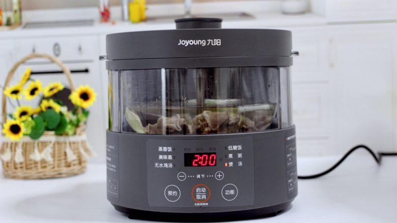 牛腩炖萝卜,盖上锅盖,把蒸汽电饭煲的水箱加入纯净水,启动煲汤模式两个小时。