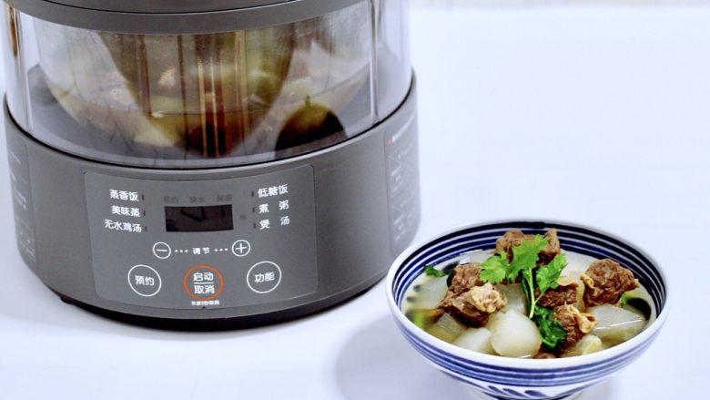 牛腩炖萝卜,把煲好的牛腩炖萝卜,盛到碗里加开始享用吧。