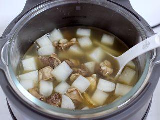 牛腩炖萝卜,时间到,打开锅盖满屋飘香。