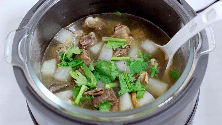 牛腩炖萝卜,再撒上香菜段就可以出锅咯。