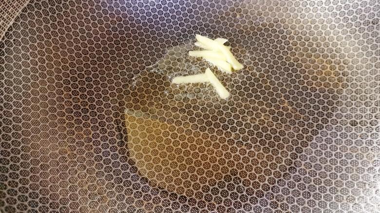 黄瓜皮蛋汤,起锅烧热加适量食用油爆香姜丝