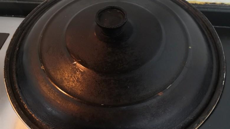 三黄鸡炖土豆,煮开后,关小火焖30分钟