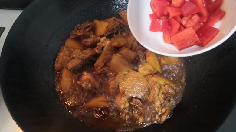 三黄鸡炖土豆,时间到,倒入红椒