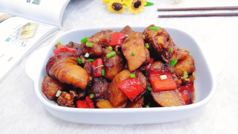 三黄鸡炖土豆,盛出上桌