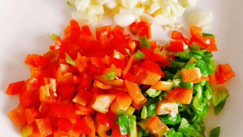 豆腐炒鸡蛋,青红椒,蒜切末备用